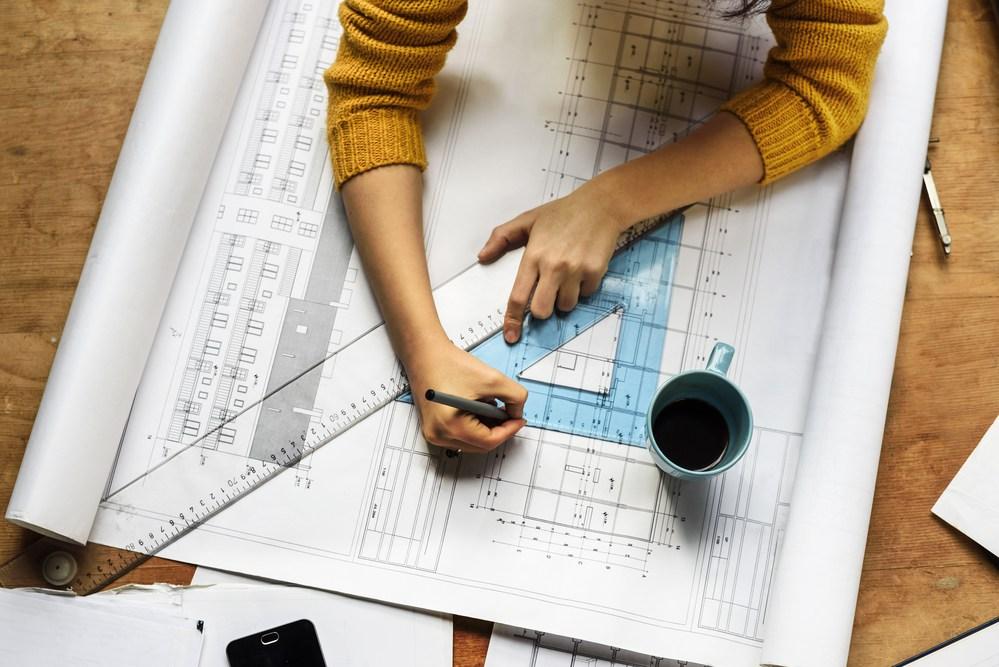Arquiteto autônomo trabalhando até tarde da noite