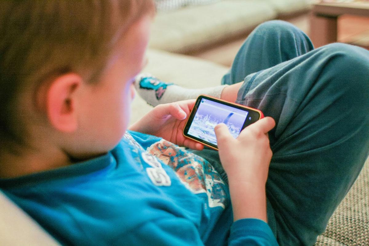 Crianças Tecnológicas digitando no celular