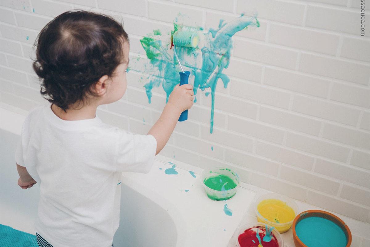 Criança pintando o 7 em novas profissões