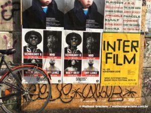 Parede em Berlim, por seus grafites e cartazes colados e registrados. Por Matheus Graciano.