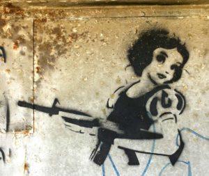 Branca de Neve com arma na mão é o retrato de uma personagem infantil que precisa se armar para a vida adulta.